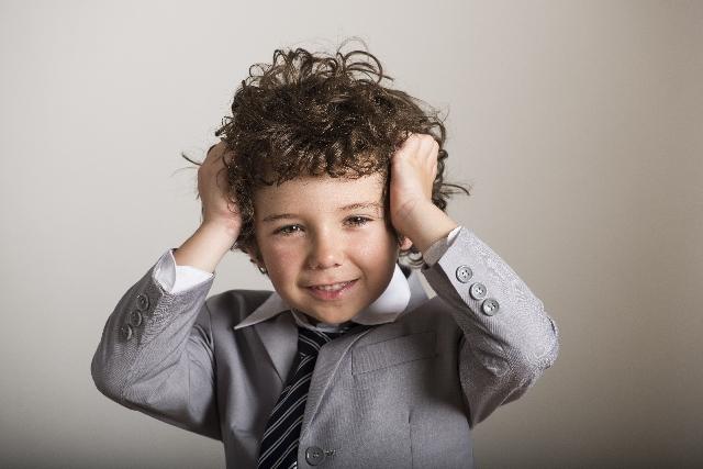 髪をセットする子供